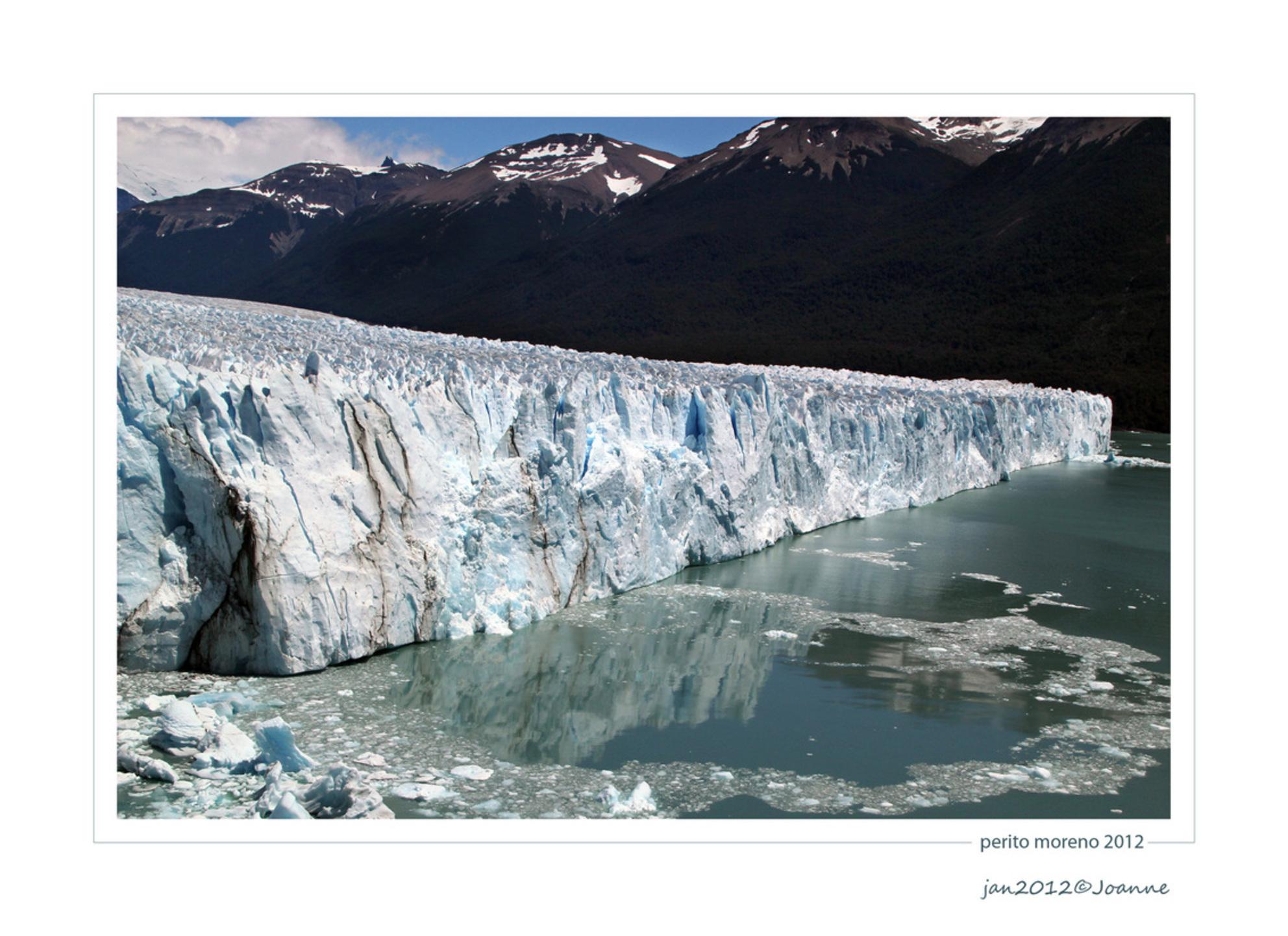 perito moreno - een indrukwekkende gletsjer in Patagonië. Het ijs van de gletsjer is blauw en er vallen steeds stukken af. - foto door Lathyrus op 20-01-2012 - deze foto bevat: gletsjer, argentinie, patagonie, Perito Moreno - Deze foto mag gebruikt worden in een Zoom.nl publicatie
