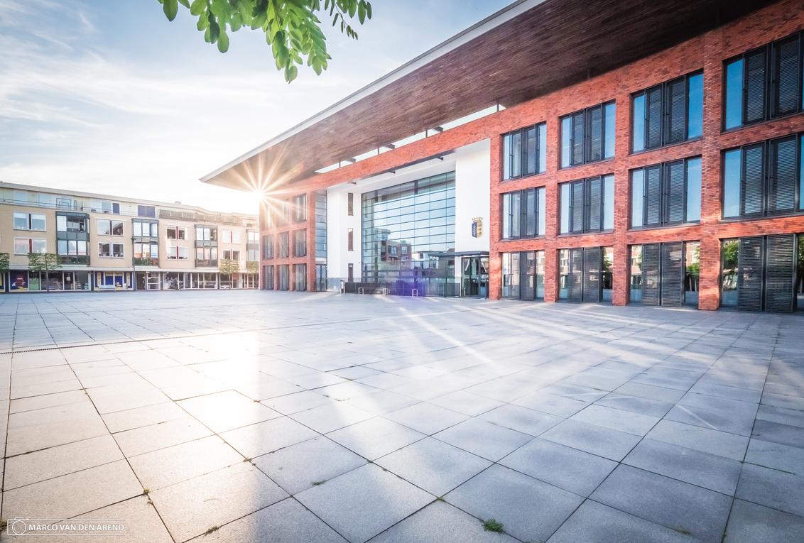 Rijssen architectuur - - - foto door marcovandenarend op 10-08-2017 - deze foto bevat: lucht, zon, abstract, licht, lijnen, architectuur, kunst, stad