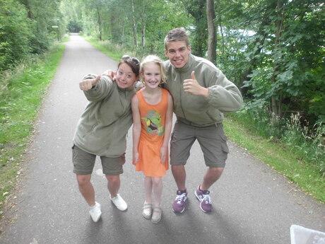 Mijn zus met de rangers van Safaricamp.