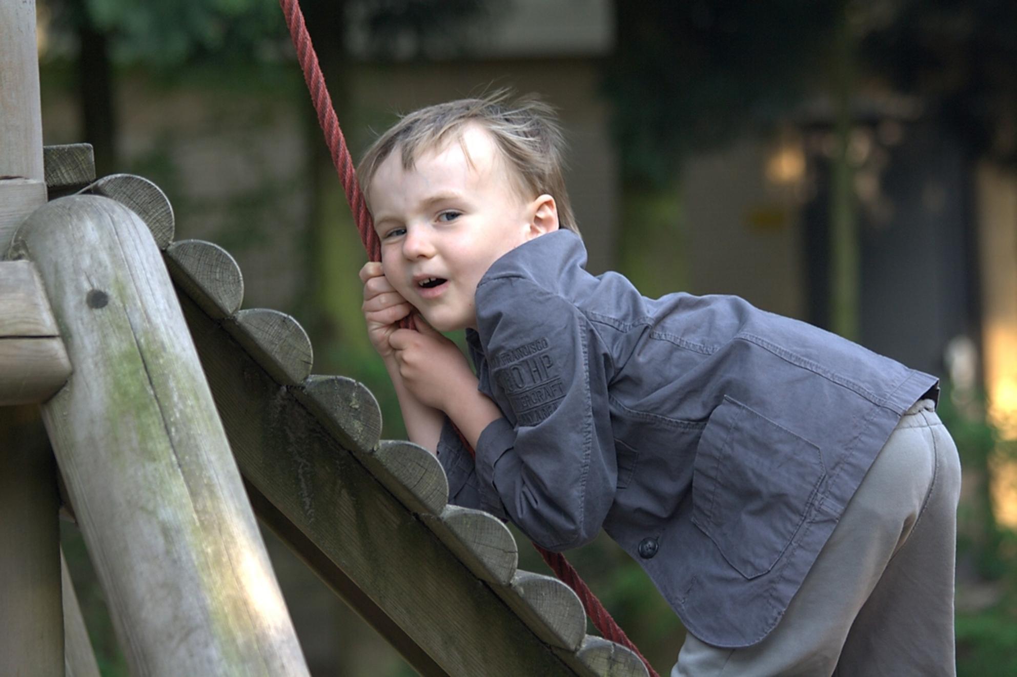 Neefje David - David klimt er op los in de Katjeskelder. - foto door maverick75nl op 21-12-2011 - deze foto bevat: spelen, kind, mens