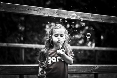 Bellen blazen - Zomers portret van een meisje - foto door merlevanson op 10-08-2011 - deze foto bevat: bellen, blazen, zomer, actie, meisje, zwart wit, Kinder portretfotografie