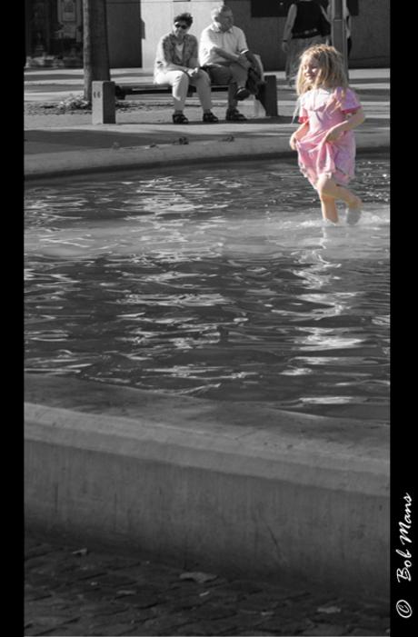 Meisje speelt in het water