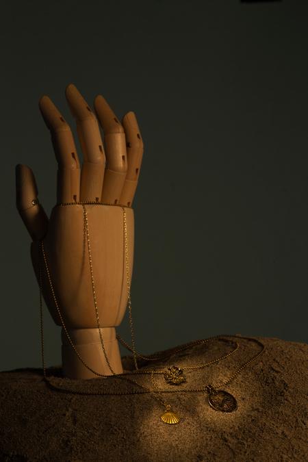 Touch the sand - - - foto door ambie18 op 24-08-2015 - deze foto bevat: abstract, ketting, hand, stilleven, canon, studio, sand