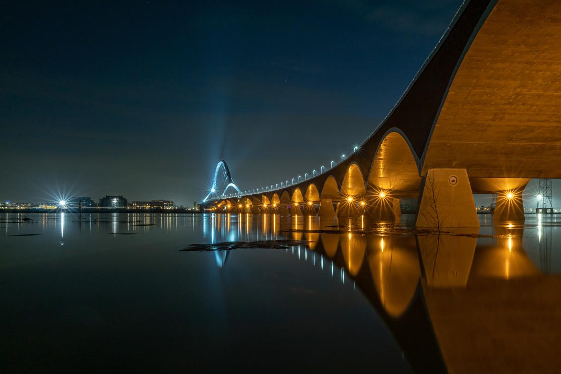 20210204-L1000725 - Brug 'De oversteek' Nijmegen - foto door pauldv op 27-02-2021 - deze foto bevat: water, avond, reflectie, brug, nacht, nijmegen, lange sluitertijd