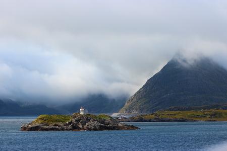 Lofoten - - - foto door Goos58 op 23-10-2019 - deze foto bevat: zee, water, vuurtoren, mist, bergen