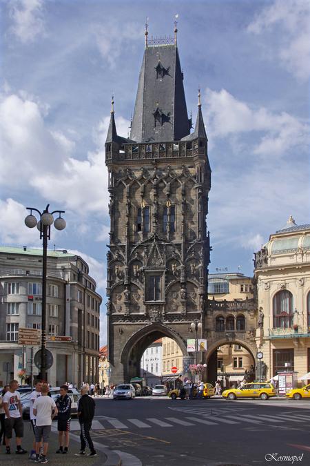 Prasna Brana - Een van de toeristisch meest bekende bezienswaardigheden van Praag is zonder twijfel de Prasna Brana ( de Kruittoren ). De uit 1475 stammende 43 m. h - foto door kosmopol op 21-09-2011 - deze foto bevat: toren, praag, tsjechie, kosmopol