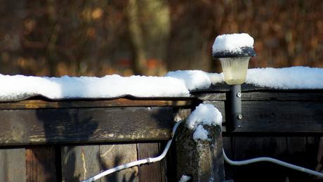sneeuw op het hek