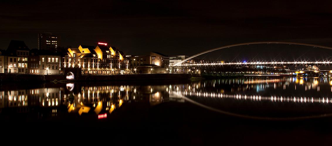 Avond in Maastricht - Foto gemaakt aan de maas in Maastricht. Mooie reflecteis door stilstaand water wat uitzonderlijk is in de Maas. - foto door jp-pictures op 09-11-2012 - deze foto bevat: avond, maastricht, maas, reflecties