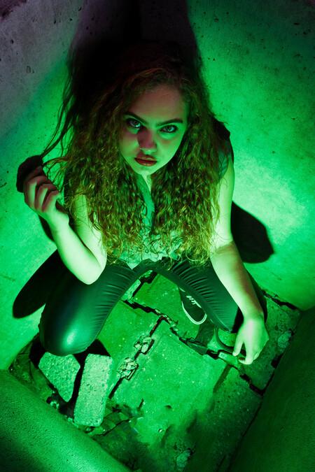 Green - Model: Selina - foto door frmike op 18-09-2016 - deze foto bevat: portret, schaduw, flits, ogen, fashion, urban, straatfotografie, flitser, strobist