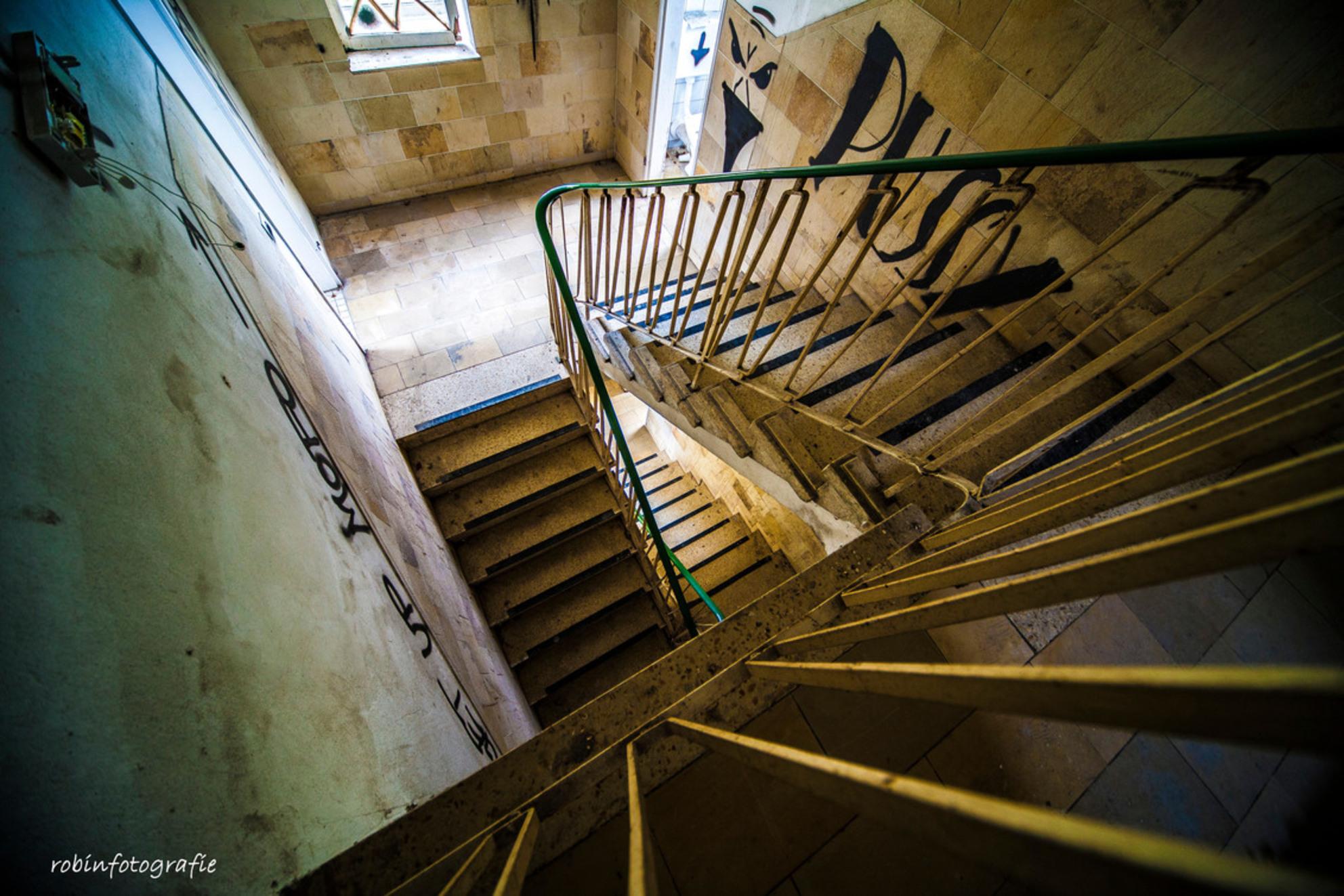 Stairs - - - foto door robinvanbergen op 19-04-2017 - deze foto bevat: oud, abstract, verlaten, urbex, urban exploring