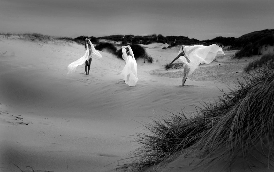 into the wind - Gisteravond een supershoot gedaan met Aglaya. Er stond een enorme wind, dus enorm koud en met de mond, ogen en oren vol met zand.... - foto door lidewijvandijk op 17-05-2011 - deze foto bevat: strand, wind, shoot, artistiek