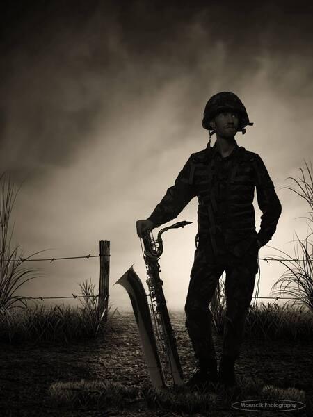 Band of brothers - Mijn collega. - foto door MichaelJohn op 28-11-2016 - deze foto bevat: portret, bewerkt, silhouet, soldaat, muzikant, p, b, sfeer, sepia, contrast, s, l, creatief, saxofoon, defensie, bewerkingsopdracht, maruscik, baritonsaxofonist, solider