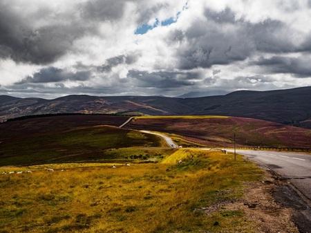 Over the Hills and far away - Een lange weg, kronkelend door het Schotse landschap, stil, verlaten en zó mooi.... - foto door Dutchone_zoom op 23-11-2017 - deze foto bevat: lucht, wolken, panorama, natuur, vakantie, landschap, heide, bergen, schotland, heather, weg, road, scotland, olympus, highlands, hooglanden, om-d, e-m10 mk.ii