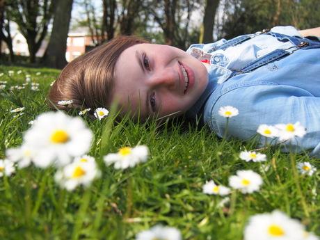 Lena tussen de bloemen