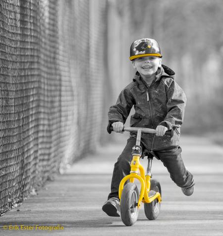 Zoon op loopfiets - Zoon op loopfiets - foto door ErikEsterFotografie op 28-03-2017 - deze foto bevat: bewerking, zwartwit, lightroom