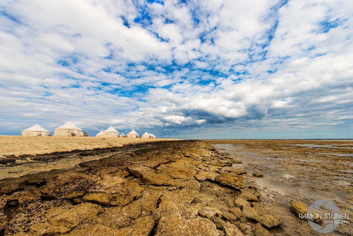Marsa Shagra, Egypte. - Gemaakt bij Ecolodge Mars Shagra Village, Egypte - foto door eyefocus-76 op 25-01-2013 - deze foto bevat: wolken, strand, landschap, stenen, rotsen, egypte, diepte