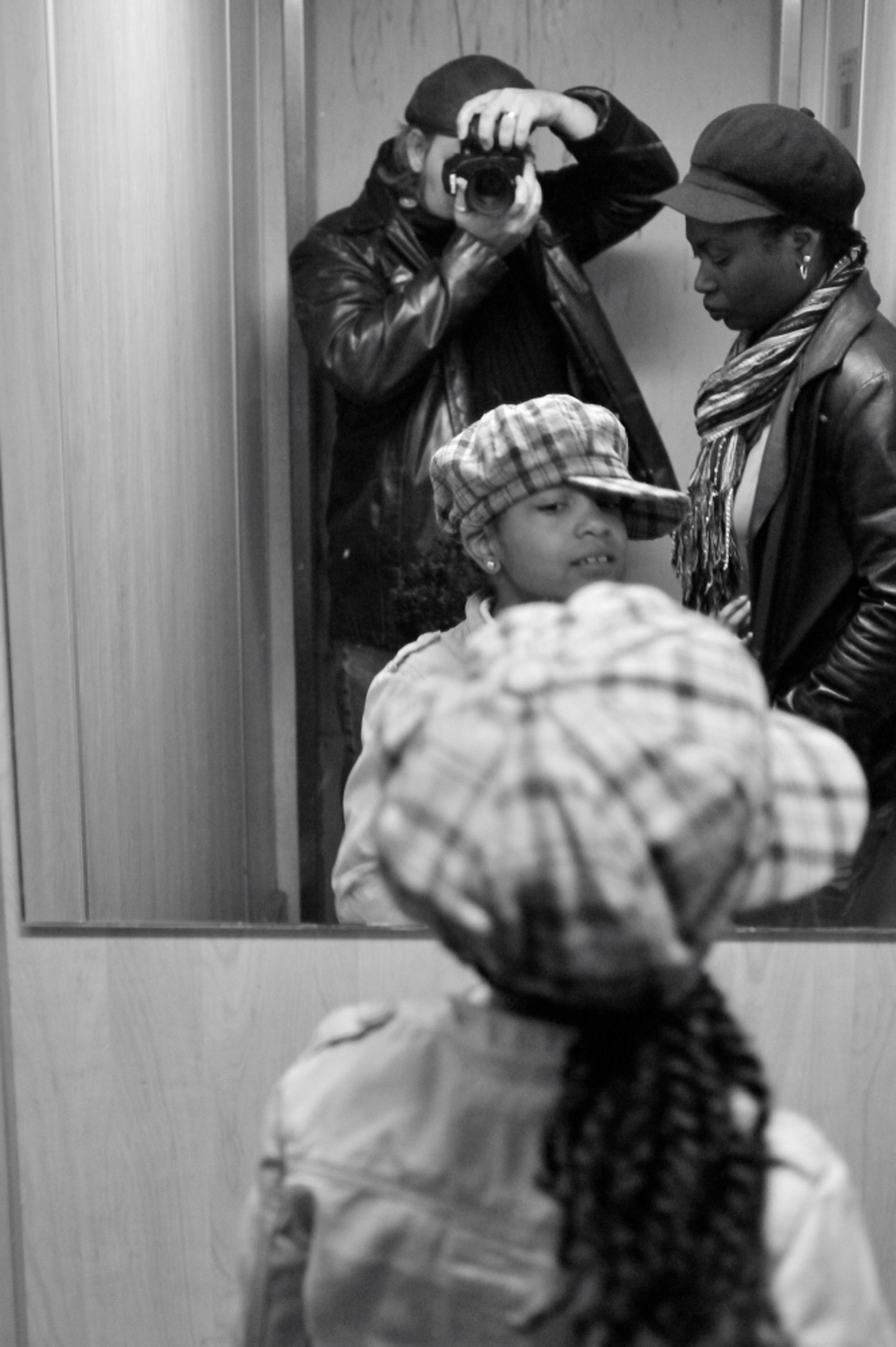 lift - - - foto door baltu022 op 30-08-2009 - deze foto bevat: zelfportret, zwartwit, lift