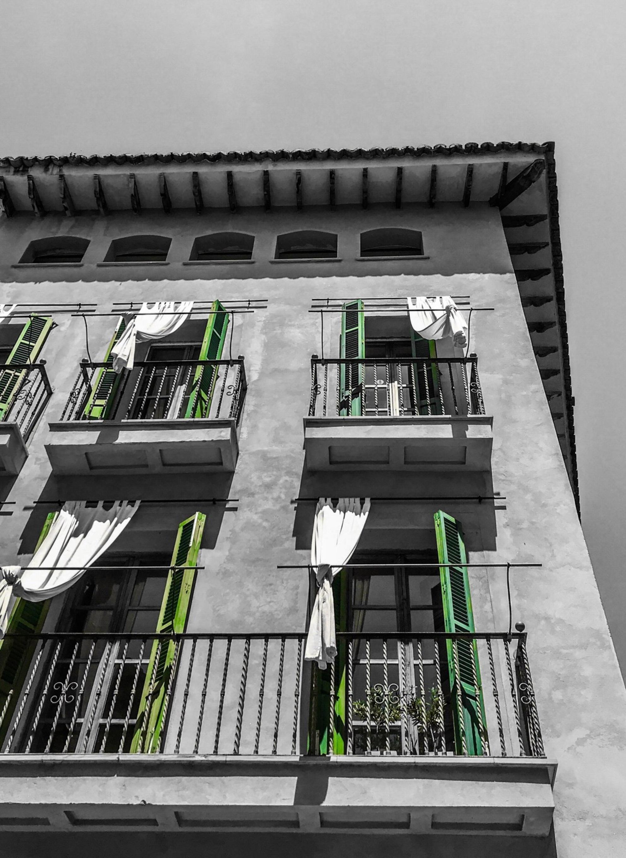 Mallorca - - - foto door emilewiersum op 12-05-2018 - deze foto bevat: oud, lucht, zon, licht, lijnen, architectuur, gebouw, stad, erasmusbrug, barcelona, zwartwit, palma, luik, mallorca, tonemapping