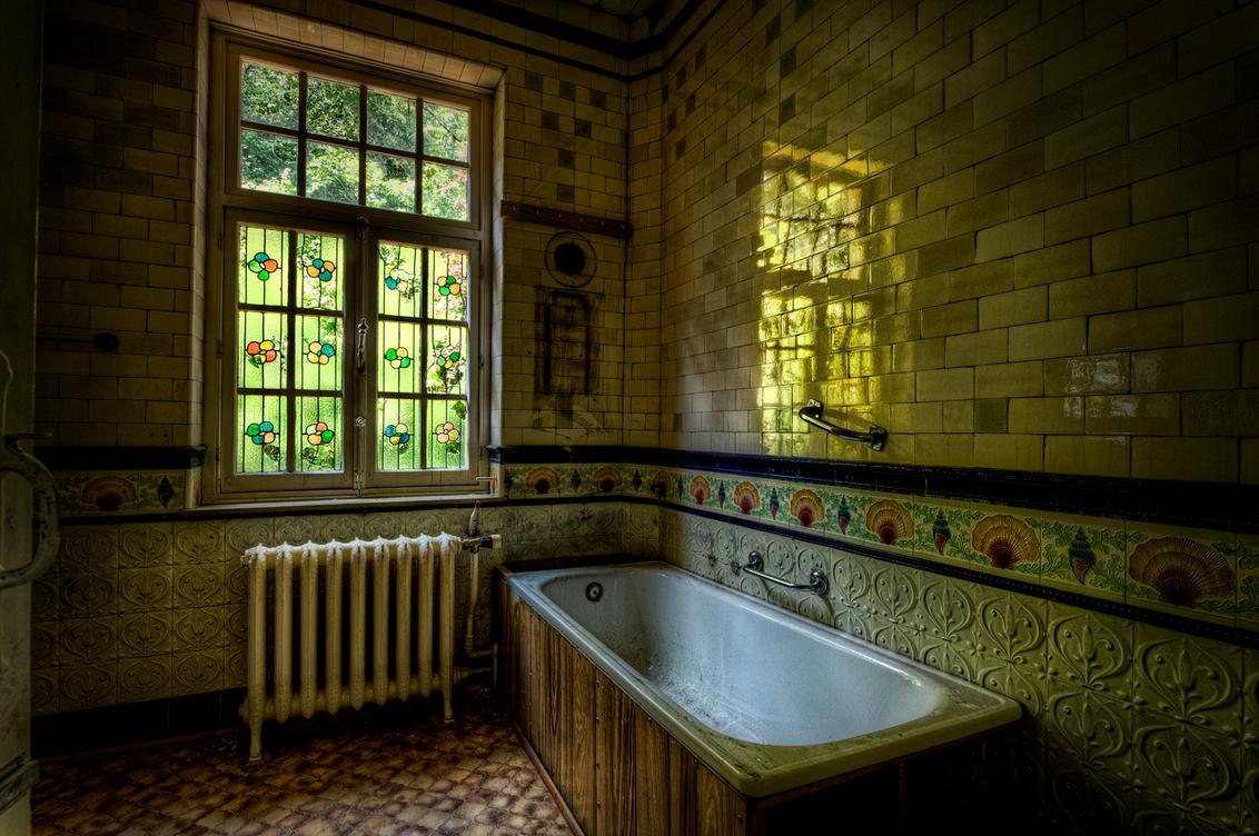 Badkamer Reflectie - Door de glas in lood ramen komt er een spookachtige groene gloed de badkamer van deze verlaten villa binnen. - foto door nfeijen op 28-06-2011 - deze foto bevat: urbex badkamer glas lood reflectie weerspiegeling spiegeling