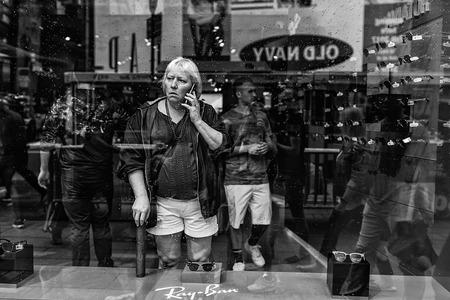 NewYork Street 1 - - - foto door canadian op 10-10-2019 - deze foto bevat: vrouw, straat, licht, portret, spiegeling, zwartwit, newyork, straatfotografie