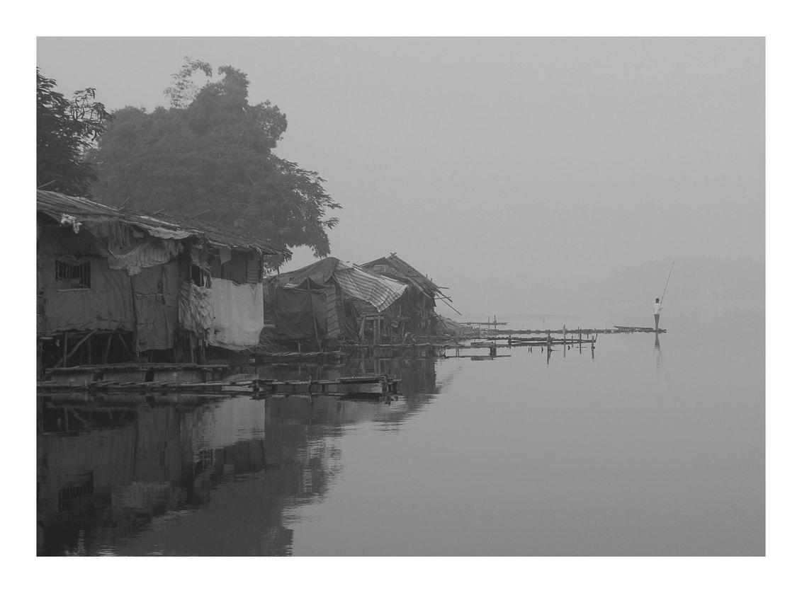 Visser Hanoi - Visser in de ochtend. Hanoi Vietnam - foto door jvanwagtendonk op 14-01-2009 - deze foto bevat: ochtend, meer, visser, vietnam, hanoi, krot