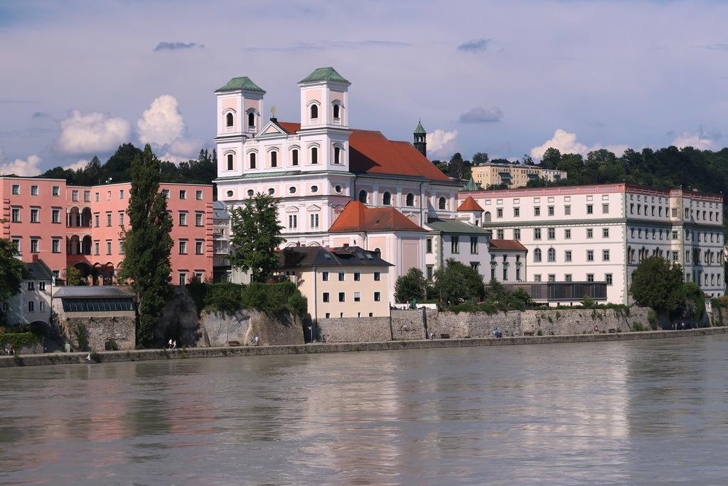 Bayerischer Wald Duitsland. - Een promenade wandeling in Passau, gemaakt lang de rivier de Inn, is zeker de moete waard en zeker voor de  fotografie. Hier ook weer zicht op de St - foto door oudmaijer op 17-03-2020 - deze foto bevat: oud, lijnen, vakantie, architectuur, reflectie, kerk, stad, luik, duitsland, passau, bayerischer wald