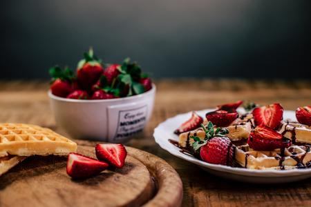 Wafels met aarbeien en chocolade - Heerlijke wafels met chocolade, aardbeien en poedersuiker. - foto door Typischrowan op 18-03-2021