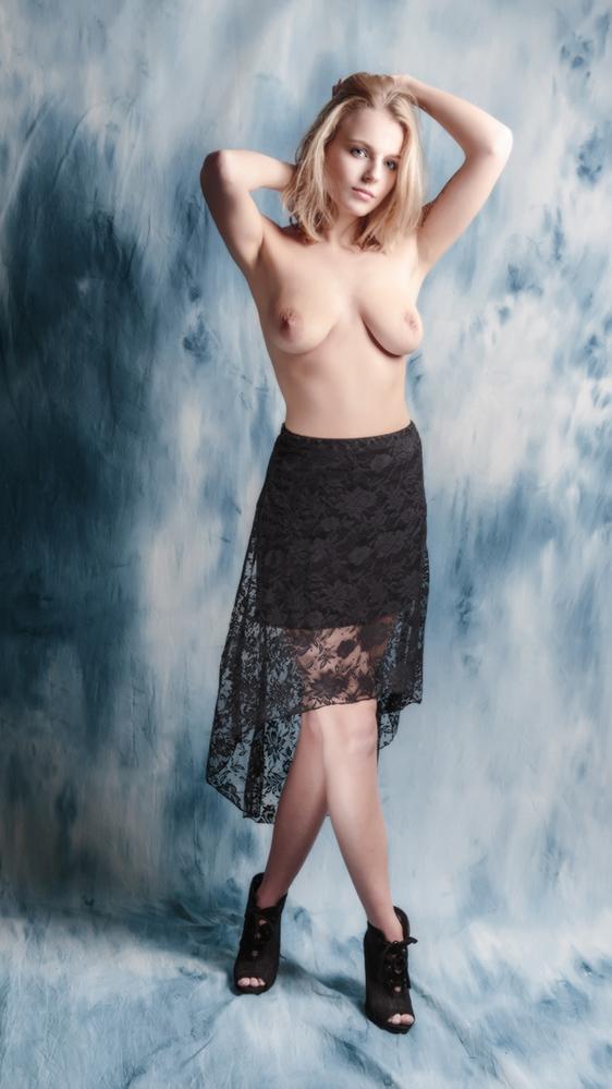 black skirt - Dank weer voor alle reacties op mijn vorige foto's. Wordt altijd weer gewaardeerd!  Misschien plaats ik nu ook te veel foto's van ditzelfde mode S - foto door jhslotboom op 14-01-2016 - deze foto bevat: vrouw, black, portret, zwart, schaduw, model, fashion, erotiek, naakt, pose, lingerie, glamour, studio, blond, rok, klassiek, fotoshoot, artistiek, skirt, satine, onderrok