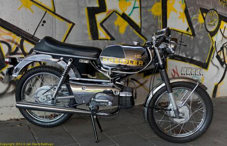 Kreidler - Winnende Kreidler in de verkiezing Kreidler 2011 - foto door bakhuysfoto op 24-05-2012 - deze foto bevat: brommer, grafiti, buikschuiver