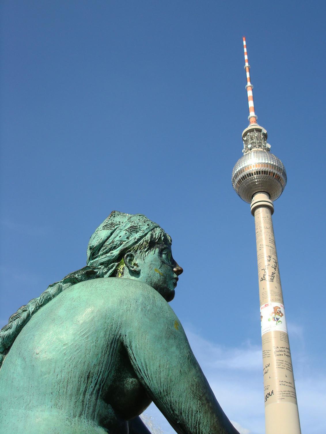 Fernsehturm - Het hoogste bouwwerk van Berlijn is de Fernsehturm met zijn 365 meter. Ook is het één van de hoogste gebouwen van Europa. De toren is in 1969 gebouwd - foto door dannyvdm op 17-08-2010 - deze foto bevat: architectuur, toren, berlijn, bouwwerk, duitsland, ddr, ferneshturm