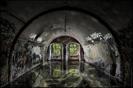La Chambre à Eau du Fort - [b]La Chambre à Eau du Fort - De Waterkamer van het Fort[/b]  Hoe een kamer in Fort La Chartreuse er na een stevig buitje uitziet… :)  Une journé - foto door TommyDijkwel op 03-12-2017 - deze foto bevat: architectuur, belgie, luik, regenwater, bewerkingsuitdaging, fort la chartreuse, waterkamer