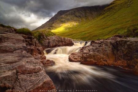 Glen Etive Waterval - Dit is een foto die ik een paar weekend geleden gemaakt heb in Glen Etive, Schotland. Ik was erg blij op het moment dat de zon even door de wolken br - foto door aweebitdifferent op 17-09-2014 - deze foto bevat: lucht, zon, water, licht, landschap, bergen, schotland, rivier, lange sluitertijd