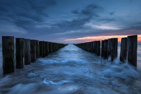 Squat ...! - - - foto door KarindeBruin op 10-03-2021 - deze foto bevat: lucht, wolken, zon, strand, zee, water, natuur, licht, winter, avond, zonsondergang, landschap, tegenlicht, zand, kust, lange sluitertijd