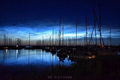 Lichtende nachtwolken boven het Markermeer