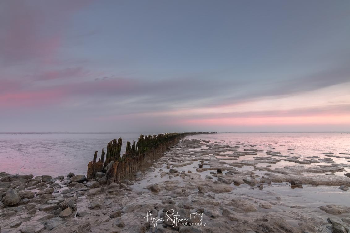 Pastelkleuren boven het Wad - - - foto door ArjanSijtsma op 27-12-2020 - deze foto bevat: roze, lucht, wolken, rood, blauw, zon, strand, zee, water, natuur, licht, ochtend, winter, vakantie, spiegeling, landschap, zonsopkomst, zand, kust, eb, wadden, stenen, waddenzee, ochtendrood, friesland, wad, ochtendlicht, golfbreker, structuren, pastel, paaltjes, slik, slijk, lichtinval, ochtendglorie, pasteltinten, fryslan, getij, pastelkleuren, lange sluitertijd, laag water