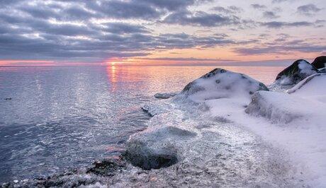 Bevroren en besneeuwde rotsen