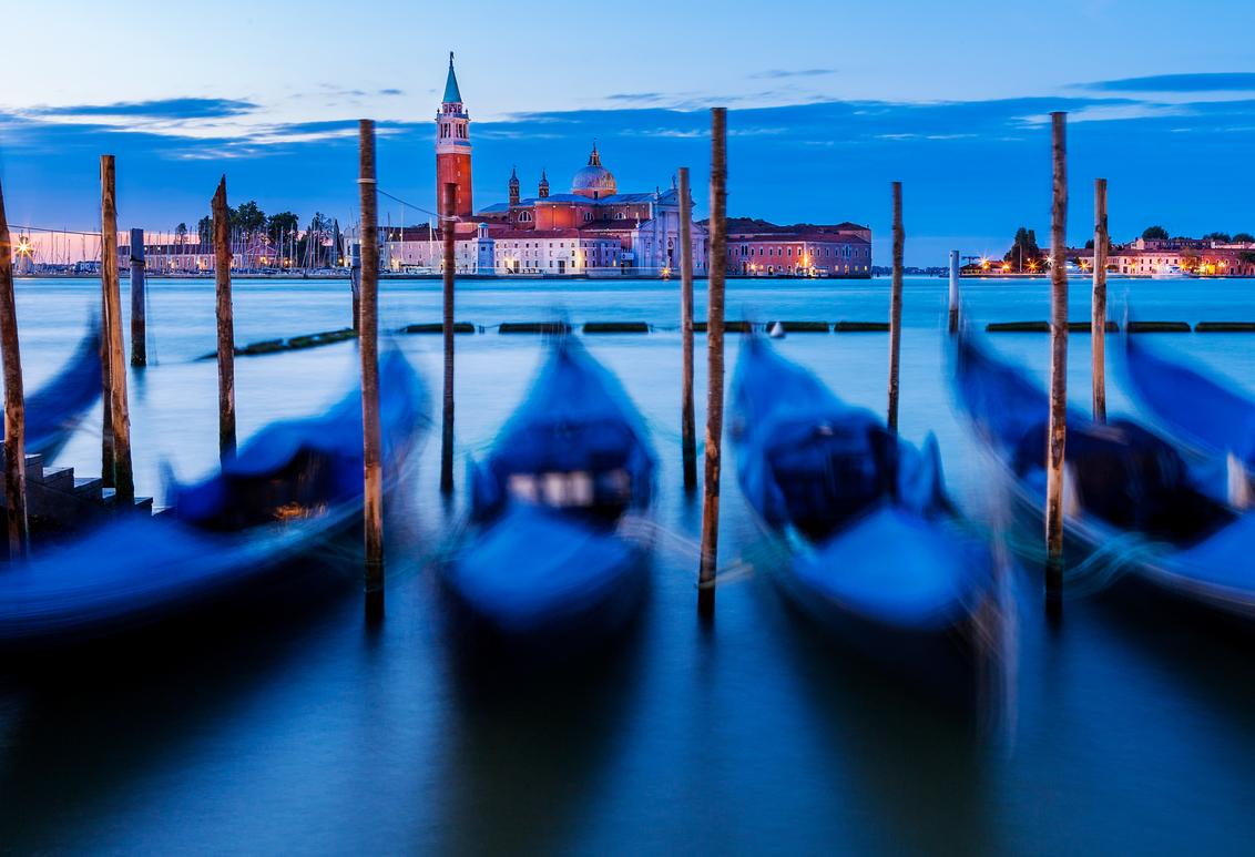 Venice Blues - Uitzicht op de San Giorgio in Venetië. Bewerkt in Adobe Lightroom - foto door Jheronimus op 17-01-2017 - deze foto bevat: lucht, uitzicht, water, boot, architectuur, reizen, kerk, gebouw, stad, venetie, italie, reisfotografie, europa, blue hour, Blauwe uurtje, San Giorgio