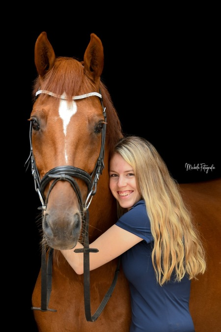 Knuffeltijd - Ik hou ervan om de band tussen mens en dier vast te leggen - foto door Micheletjeee op 28-02-2020 - deze foto bevat: black, paard, zwart, blackphoto