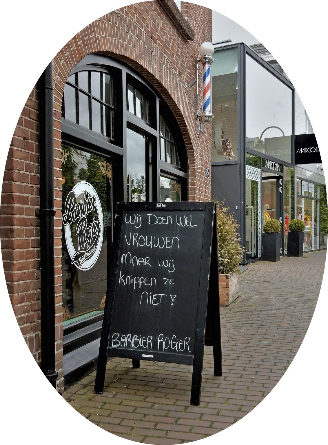 Huh?? - Laren...Noord Holland - foto door 1103 op 23-05-2019 - deze foto bevat: reclame, stad, straatfotografie