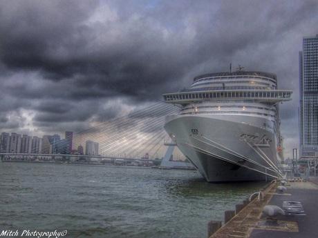 MSC Splendida in de haven van Rotterdam (HDR)