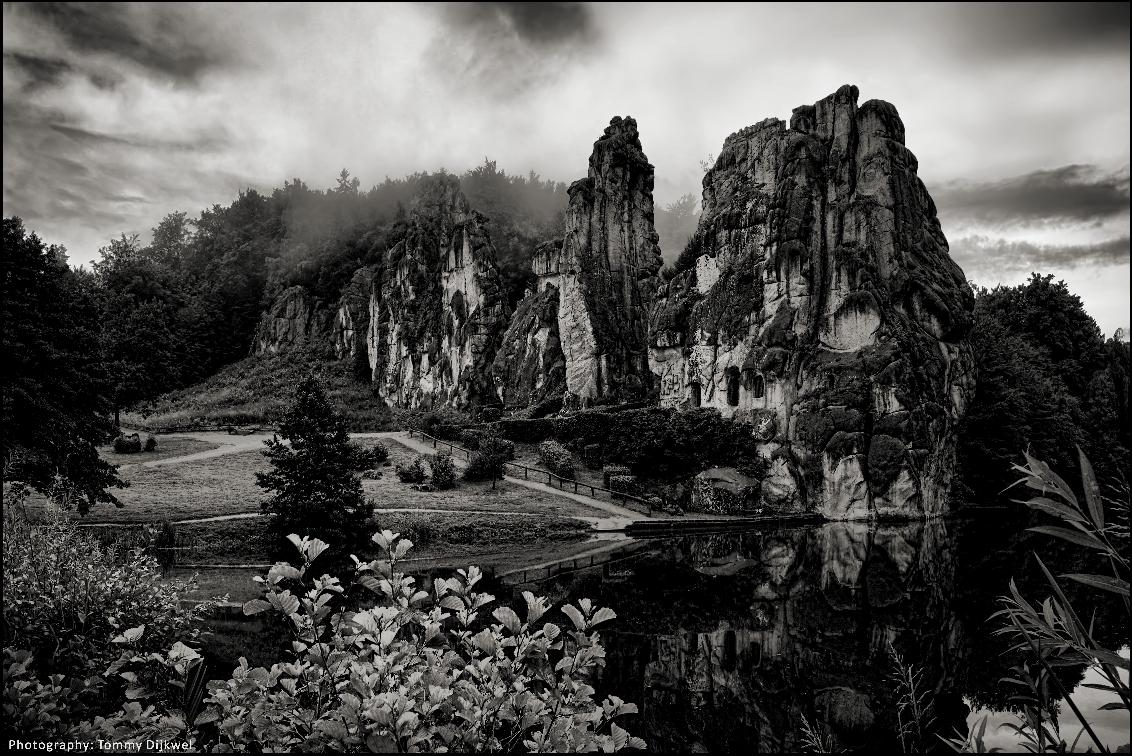 Externsteine #2 - [b]Externsteine, het Duitse 'Stonehenge'[/b]  Afgelopen zomer tegen de avond vlak na een onweersbui gefotografeerd.  Een eerdere foto van deze ro - foto door TommyDijkwel op 26-11-2017 - deze foto bevat: landschap, mythe, zonnewende, teutoburgerwoud, Externsteine, germaans heiligdom, rots-complex, duitse stonehenge