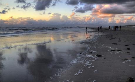 Laat avondlicht op het strand.