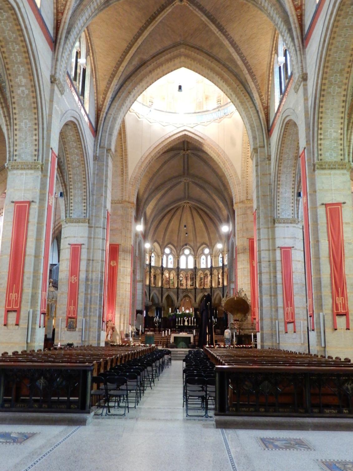 sint Bavo Basiliek Haarlem - KoepelKathedraal Haarlem  De KoepelKathedraal Haarlem is uniek en staat met de Sagrada Familia, de Sacré-Coeur, de Westminster Cathedral en de Basi - foto door Tonny1946 op 11-12-2020 - deze foto bevat: kerk, haarlem, basiliek, tentoonstelling, pilaren, banken, gewelven, Sint Bavo, leidse vaart, 2019, glasinlood ramen, kerststalletjes