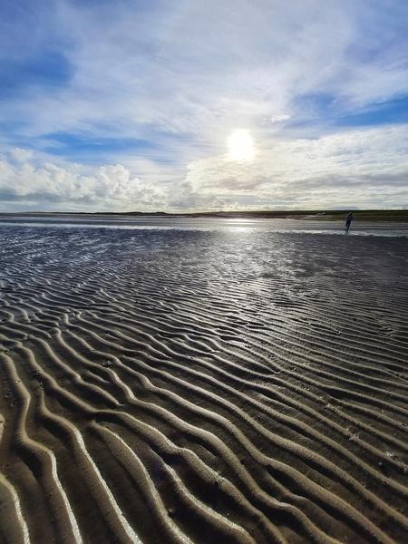 Wad Texel de Cocksdorp - Als het water zich terugtrekt aan de dijkkant van Texel dan zie je deze prachtige rimpeling in het zand waar allerlei leven is te vinden. - foto door Travelling-elke op 03-03-2021 - deze foto bevat: lucht, wolken, zon, strand, zee, water, natuur, licht, winter, landschap, duinen, zand, kust