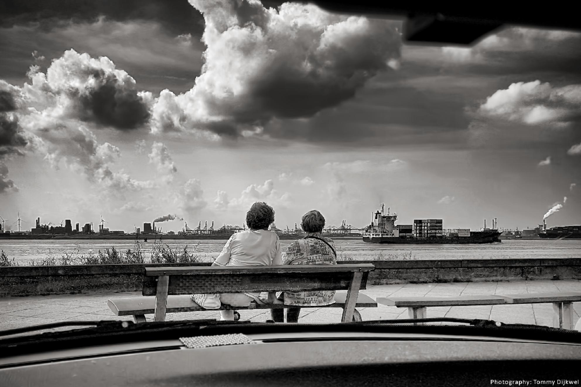 Lekker gezellig bootjes kijken - Aan de Nieuwe Waterweg kijkt men naar in- en uitgaand scheepvaartverkeer.   De luie fotograaf aan het werk; niet uitstappen en gewoon met de telefo - foto door TommyDijkwel op 06-12-2017 - deze foto bevat: telefoon, maasvlakte, scheepvaart, straatfotografie, nieuwe waterweg, hoek van holland, Oude besjes