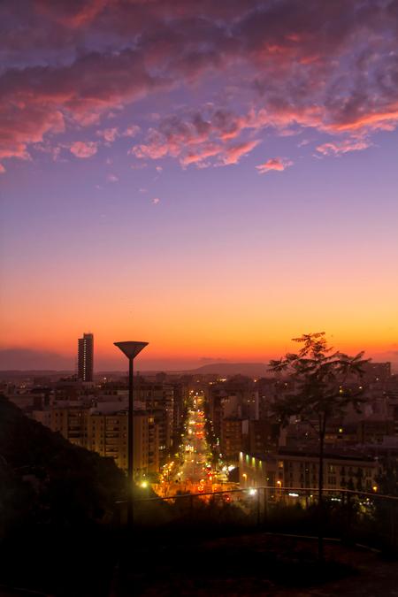 Night Traffic... - Alicante is altijd al een prachtige stad, maar op bepaalde momenten is het nog iets meer genieten.... - foto door HenkPijnappels op 14-10-2019 - deze foto bevat: lucht, wolken, zon, licht, avond, zonsondergang, bergen, nacht, kleurrijk