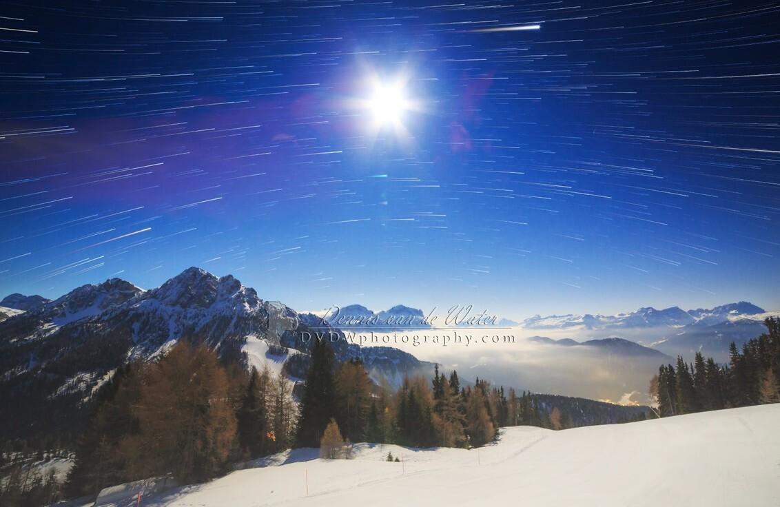 Volle maan en startrails in de Dolomieten - Kleine selectie van onze vakantie naar de Dolomieten in 2016    https://dvdwphotography.com/2019/01/31/skiing-in-the-dolomites/  https://www.ins - foto door dennisvdwater op 31-01-2019 - deze foto bevat: lucht, natuur, winter, landschap, bergen, maan, nacht, italie, sterren, dolomieten, sterrensporen, startrails, lange sluitertijd