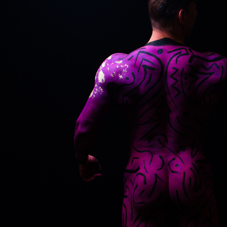 purple - - - foto door jandeuzeman op 06-12-2020 - deze foto bevat: man, abstract, model, naakt, pose, studio, bodypaint, artistiek