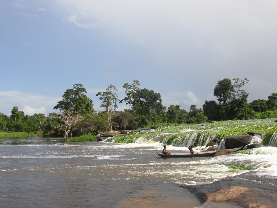 Tapa Watra - - - foto door nienkepreijde op 12-02-2020 - deze foto bevat: groen, natuur, boot, waterval, reis, grijs, fotografie, digitaal, suriname, zuid Amerika, tapa watra
