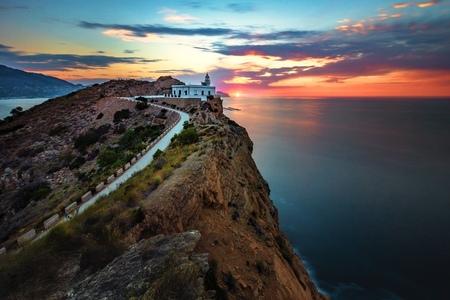 Faro de L'Albir - Volop genoten van dit geweldige uitzicht met een prachtige zonsopkomst..... L'Albir Spanje. - foto door HenkPijnappels op 14-06-2019 - deze foto bevat: lucht, wolken, zee, water, vuurtoren, licht, landschap, tegenlicht, zonsopkomst, bergen, nacht, kust, lange sluitertijd